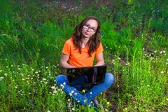 Фрилансер женщины работая на компьтер-книжке outdoors, удаленная работа Стоковые Изображения RF