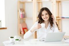 Фрилансер или бизнес-леди женщины использовали Labtop работая на современном офисе Концепция дела и технологии стоковые фотографии rf