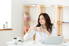 Фрилансер или бизнес-леди женщины использовали Labtop работая на современном офисе Концепция дела и технологии стоковое изображение rf