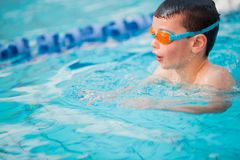 Фристайл заплывания мальчика Стоковая Фотография RF