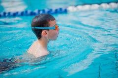Фристайл заплывания мальчика Стоковые Фотографии RF