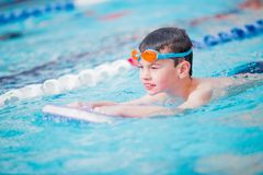 Фристайл заплывания мальчика Стоковое фото RF