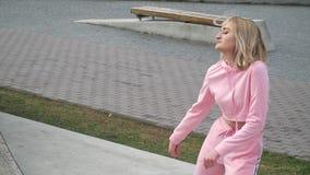 Фристайл счастливой молодой женской улицы девушки танцора кавказской городской танцуя в городе озером видеоматериал