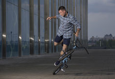 Фристайл BMX Человек на bmx делая фокусы Стоковая Фотография RF