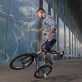 Фристайл BMX Человек на bmx делая фокусы Стоковые Фото