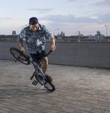 Фристайл BMX Человек на bmx делая фокусы Стоковое Изображение