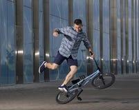 Фристайл BMX Человек на bmx делая фокусы Стоковое Фото