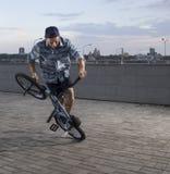 Фристайл BMX Человек на bmx делая фокусы Стоковое Изображение RF