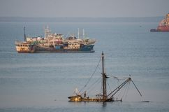 Фритаун, Сьерра-Леоне - 9-ое января 2014: Старые и покинутые корабли и развалины корабля ржавея прочь на побережье Сьерра-Леоне Стоковое Изображение