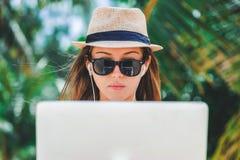 Фрилансер молодой женщины работая в компьтер-книжке на пляже Работать работа Стоковые Фотографии RF