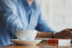 Фрилансер работая в кофейне детеныши женщины штока портрета изображения Стоковые Фото