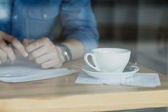 Фрилансер работая в кофейне детеныши женщины штока портрета изображения Стоковое Фото