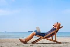 Фрилансер, счастливый успешный бизнесмен на пляже стоковое фото rf