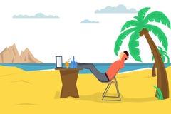 Фрилансер человека на пляже Стоковое Фото