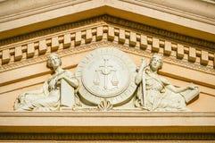 Фронтон дома суда с барельеф Стоковые Изображения RF