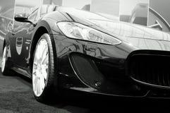 Фронт автомобиля в перспективе низкого угла динамической стоковое фото rf