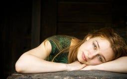 фронт амбара ослабляя чувственную женщину деревянную Стоковое Изображение