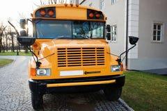 Фронт американского школьного автобуса стоковые изображения rf