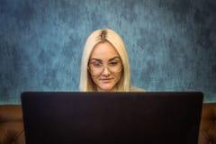 Фронт близкий вверх женщины работая на компьтер-книжке Стоковые Фотографии RF