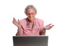 фронт вручает компьтер-книжке старшую бросая женщину стоковая фотография