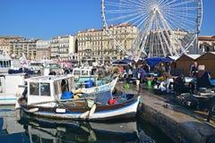 Фронт гавани старого городка марселя главным образом с занятым толпить рыбным базаром Стоковое фото RF