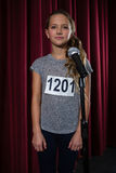 Фронт девушки стоя микрофона на этапе Стоковые Фото