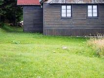 Фронт деревенского коттеджа горы деревянный с травой Стоковые Изображения RF