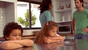 Фронт испанских пар оспаривая их детей видеоматериал