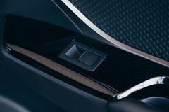 Фронт и задние электрические окна окна кнопк-низкий или близких автомобиля Покройте кожей драпирование, покройте хромом орнаменты стоковое фото rf