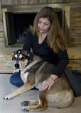 фронт камина собаки ее женщина Стоковая Фотография RF