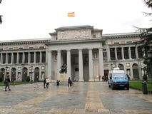 Фронт музея Prado в статуе Мадрида zquez ¡ Velà - передвижного офиса España обслуживания гражданина стоковое фото