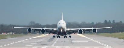 Фронт на взгляде прямо вниз с взлетно-посадочной дорожки аэробуса авиакомпании A380 эмиратов как раз по мере того как он принимае стоковые фотографии rf