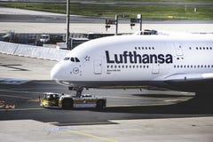 Фронт огромного аэробуса A380 Люфтганза стоковая фотография rf