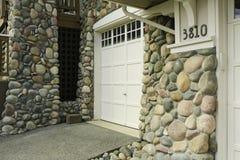 Фронт дома законченный с каменной отделкой стоковое фото rf