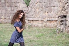Фронт представления женщины домов соломы Стоковое Изображение