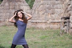 Фронт представления женщины домов соломы Стоковая Фотография RF