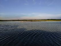 Фронт реки, реки, солнце, естественная вода, индийское река, ферма, небо с рекой, обоями природы стоковое фото rf