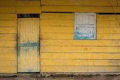 Фронт старого деревянного дома - пожелтейте, винтажная деревянная хата стоковое изображение rf