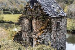 Фронт старого загубленного дома на реке Авероне Belcastel Франции Стоковое фото RF
