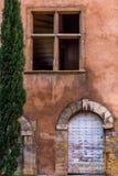 Фронт старого каменного здания с деревянной дверью Стоковые Изображения