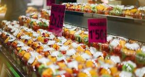 Фруктовый салат в стекле на еде рынка, предпосылки свежей и здоровой, здоровой закуски манго, кокоса и клубники dieting стоковая фотография