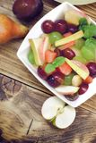 Фруктовый салат, здоровая еда в шаре на деревенской таблице Стоковые Изображения