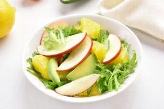 Фруктовый салат с красными яблоками, авокадо, оранжевые куски Стоковая Фотография