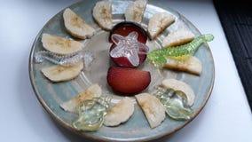 Фруктовый салат с сливами и бананом на бежевой плите красоты стоковое изображение rf