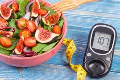 Фруктовый салат фрукта и овоща и метр глюкозы с рулеткой, концепцией диабета, уменьшением и здоровым питанием стоковые фото