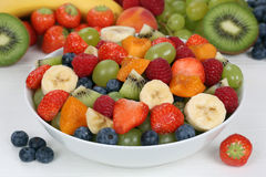 Фруктовый салат в шаре с плодоовощами как клубники, голубики Стоковая Фотография