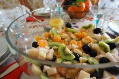 Фруктовый салат в ясном стеклянном шаре Стоковая Фотография RF
