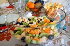 Фруктовый салат в ясном стеклянном шаре Стоковые Фото