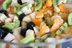 Фруктовый салат в ясном стеклянном шаре Стоковые Фотографии RF