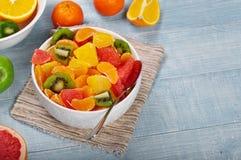 Фруктовый салат крупного плана с tangerine, грейпфрутом, апельсином, кивиом Стоковые Изображения